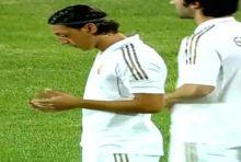 """أوزيل """" يتوقف """" عن تدريبات مدريد من أجل سماع الأذان وقراءة الفاتحة"""