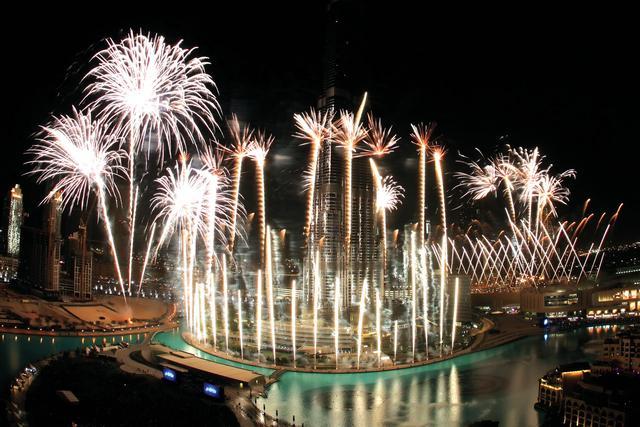116174017 شاهد صور احتفالات راس السنة الميلادية 2014 فى دبى و برج خليفة