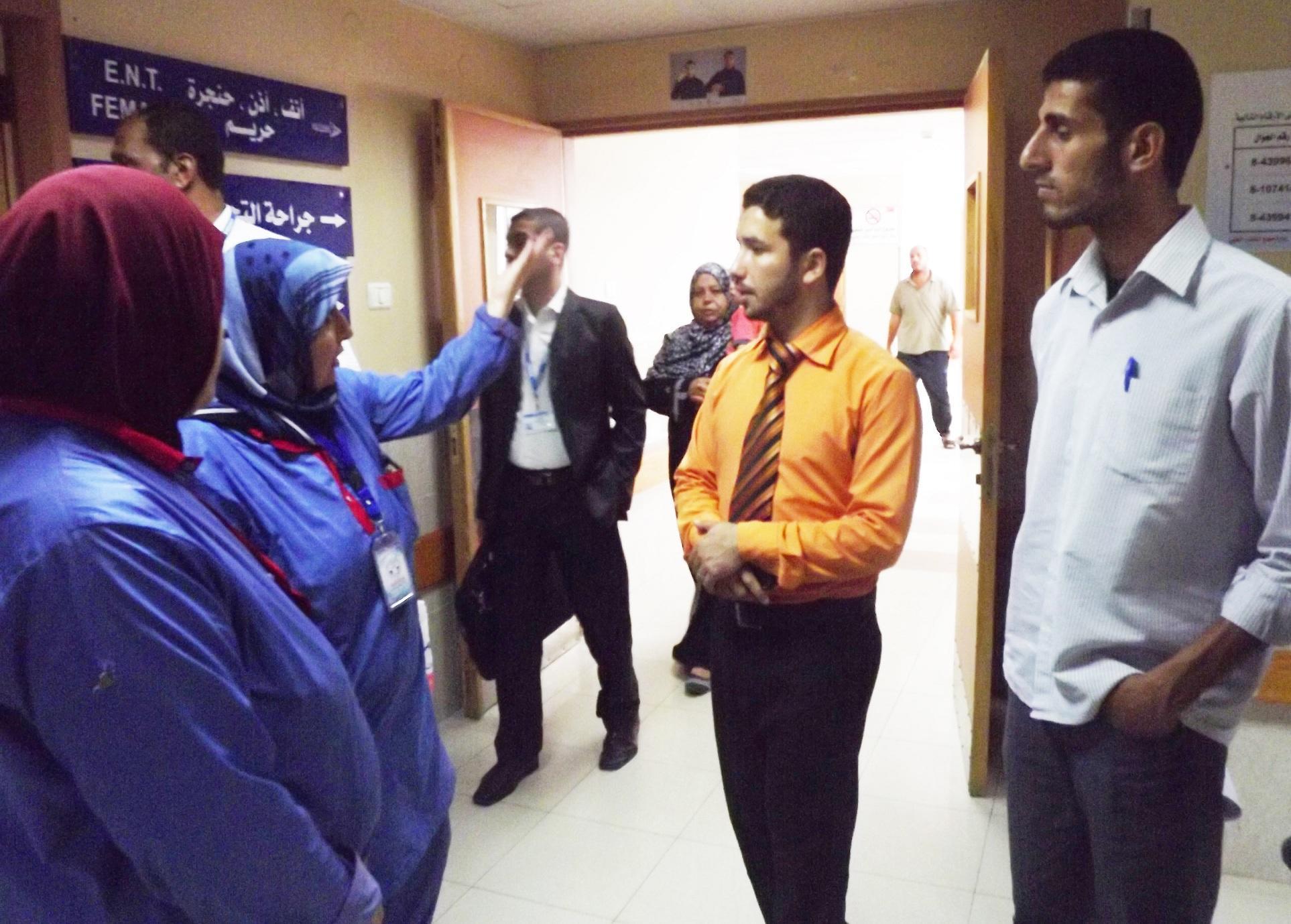 جانب من الجولة التفقدية لعمال النظافة بمستشفى الشفاء