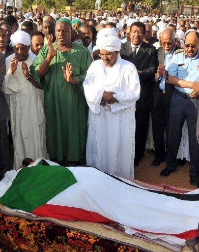 غياب رسمي للسياسيين في تشييع جنازة شاعر الوطن محمد الحسن سالم حميد , لماذا؟؟؟